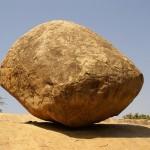 أغرب الأشياء صخرة تتحدى قانون الجاذبية بالهند
