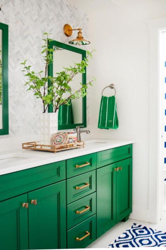 Green walls with neutral أناقة الألوان المحايدة في ديكور الحمامات