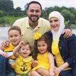 عشرات الآلاف يتضامنون مع مسلمة طُردت عائلتها من طائرة أميركية