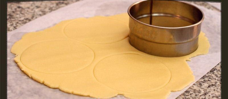 فطيرة الجوز البسيطة Cut-dough-2.jpg