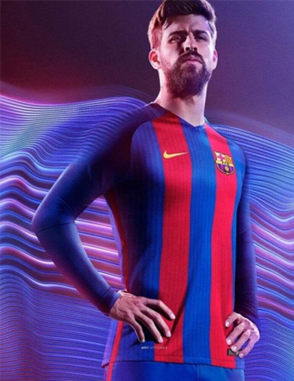 جيرارد بيكيه يرتدي قميصص برشلونة 2017
