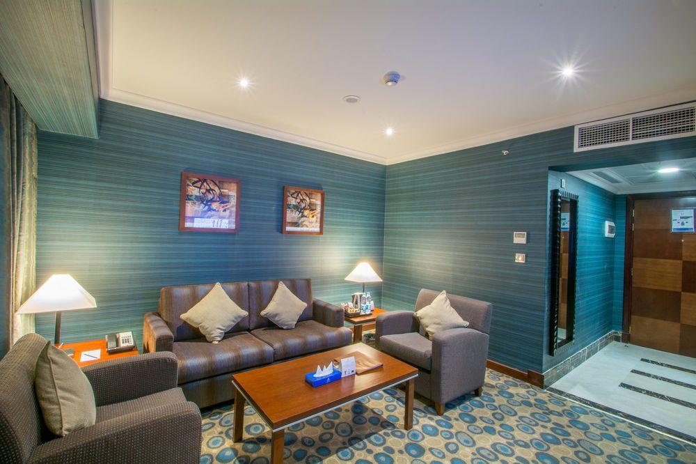 غرفة جلوس في فندق ميلينيوم العقيق بالمدينة المنورة