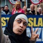 """""""زاكية بلخيري"""" مع تظاهرة مناهضة للإسلام في بلجيكا"""