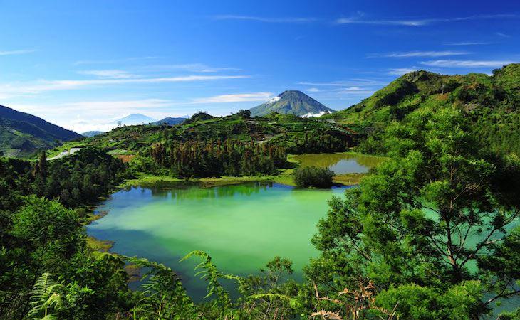 بالصور المعالم السياحية في مدينة بونشاك في اندونيسيا Telaga-warna-lake-dieng-