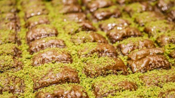 طريقة تحضير الجلاش بالمكسرات الشوكولاتة Algelash-nuts.jpg