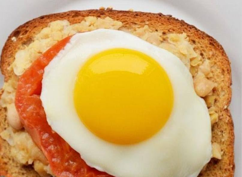 Tomato-and-fried-eggs-sandwich