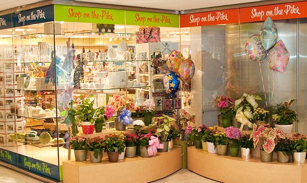 f264eafed 1- الفكرة الأولى محل هدايا يبع الزهور اعتمد على الزجاج في شكل الديكور  الداخلي والخارجي .