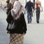 رجل في ألمانيا يعتدي بالضرب  على سيدة مسلمة و ابنتها