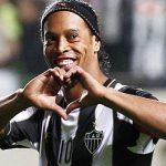 الساحر البرازيلي رونالدينيو يعلن أعتزاله اللعب نهائيا