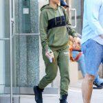 ـ افضل إطلالات الفنانة العالمية ريهانا (Rihanna) ريهانا-ترتدي-ملابس-ك
