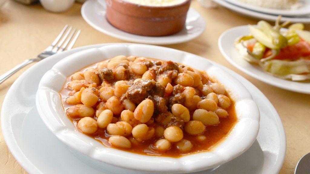 طبق-يخنى-الفاصوليا-في-مطعم-Çanak-Mangalda-Kurufasulye