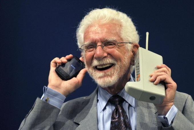 الهاتف النقال ( المحمول) ،هو وسيلة إتصالات وتستخدم بشكل كبير، حيث يعمل الهاتف المحمول على نقل الموجات الصوتية بن الأشخاص، وقد حقق مزيدا من التواصل مقارنة بالماضي، و أصبح من أبرز سمات هذا العصر