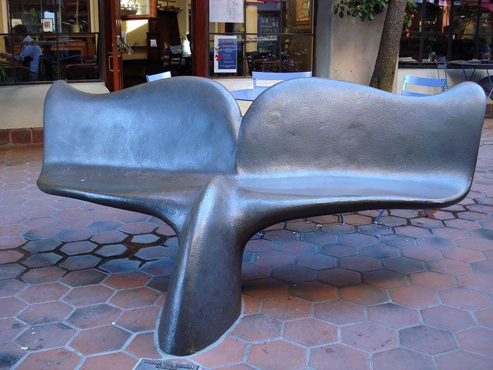 مقعد جلوس على هيئة ذيل الحوت