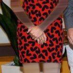فستان أحمر في أسود
