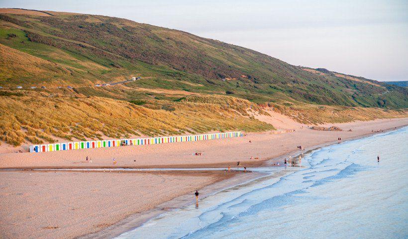 الشاطئ المميز بالرمال البيضاء