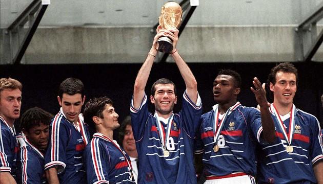 المنتخب الفرنسي عام 1998 والذي فاز بكأس العالم بعد مباراة تاريخية أمام البرازيل