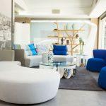 غرفة جلوس باللون الأبيض في أزرق