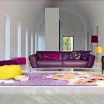 غرفة جلوس باللون البنفسجي