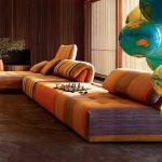 غرفة معيشة باللون الأورنج مع ألوان أخرى
