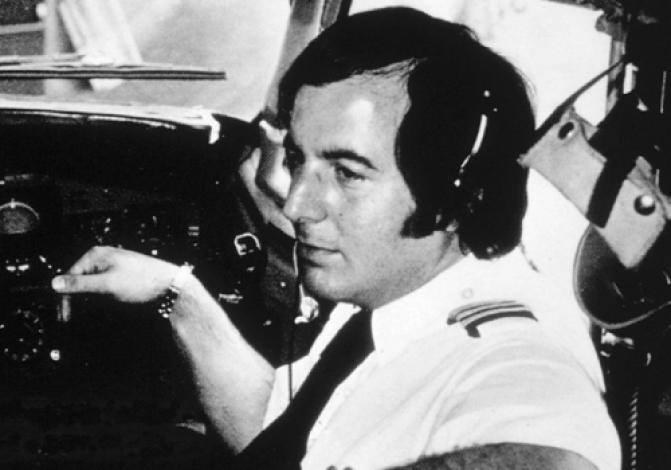 فرانك أباغنيل اثناء قيادة طائرة