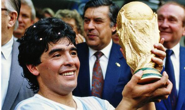 ماردونا أعظم لاعب كرة القدم على مر التاريخ يتسلم كأس العالم عام 1986