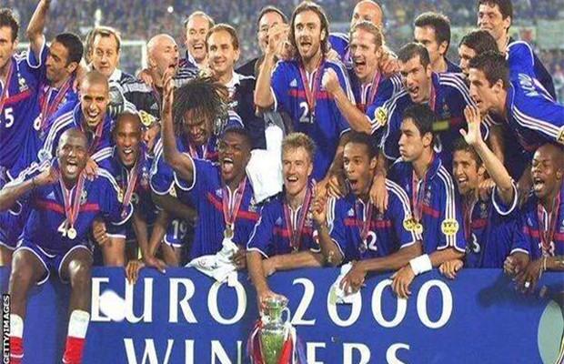 المنتخب الفرنسي عام 2000 الفائز بكأس الأمم الأوروبية بعد الفوز على المنتخب الإيطالي هدفين لهدف