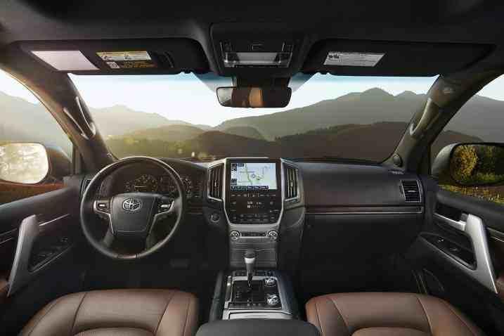 التصميم الداخلي للسيارة تويوتا لاندكروزر 2017