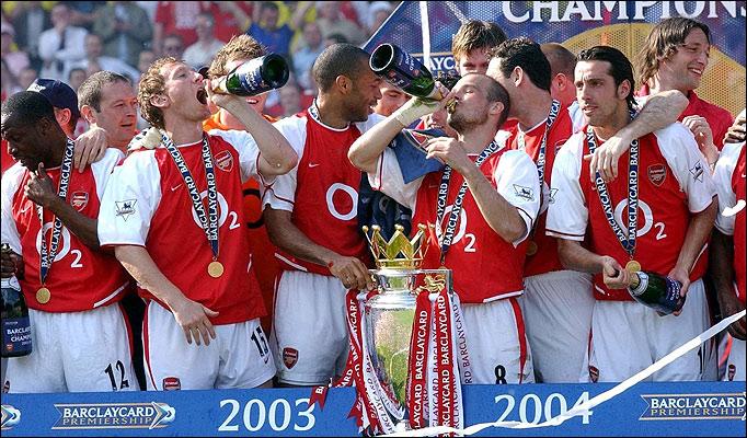 فرحة لاعبي الأرسنال بالفوز بالدوري عام 2004 والذي فاز بالدوري بدون أي هزيمة
