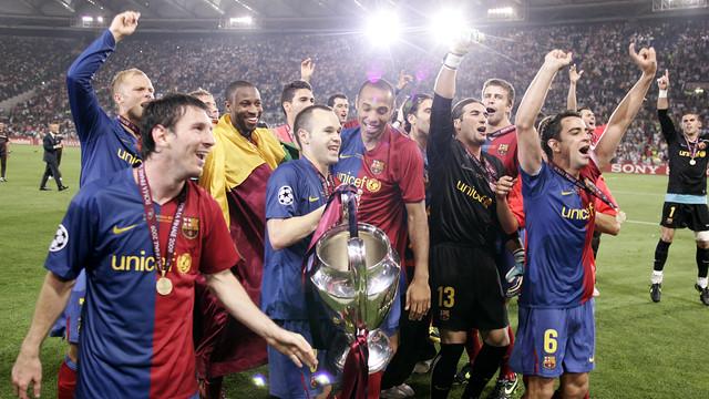 أنيستا مع لاعبي برشلونة ويحتفلون بالفوز بدوري أبطال أوروبا والذي فاز بها بالفريق 4 مرات