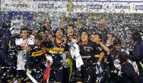 فرحة لاعبي بوكا جونيورز بعد أحراز لقب الدوري الأرجنتيني عام 2008