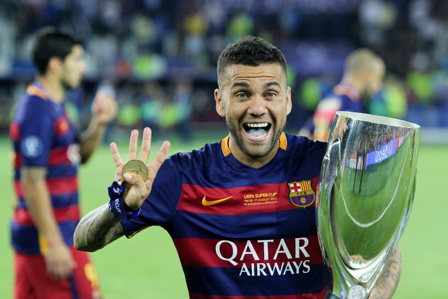داني الفيس مع برشلونة والذي حقق مع الفريق العديد من البطولات المحلية والقارية