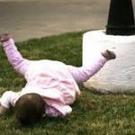 اضرار سقوط الطفل الرضيع على راسه