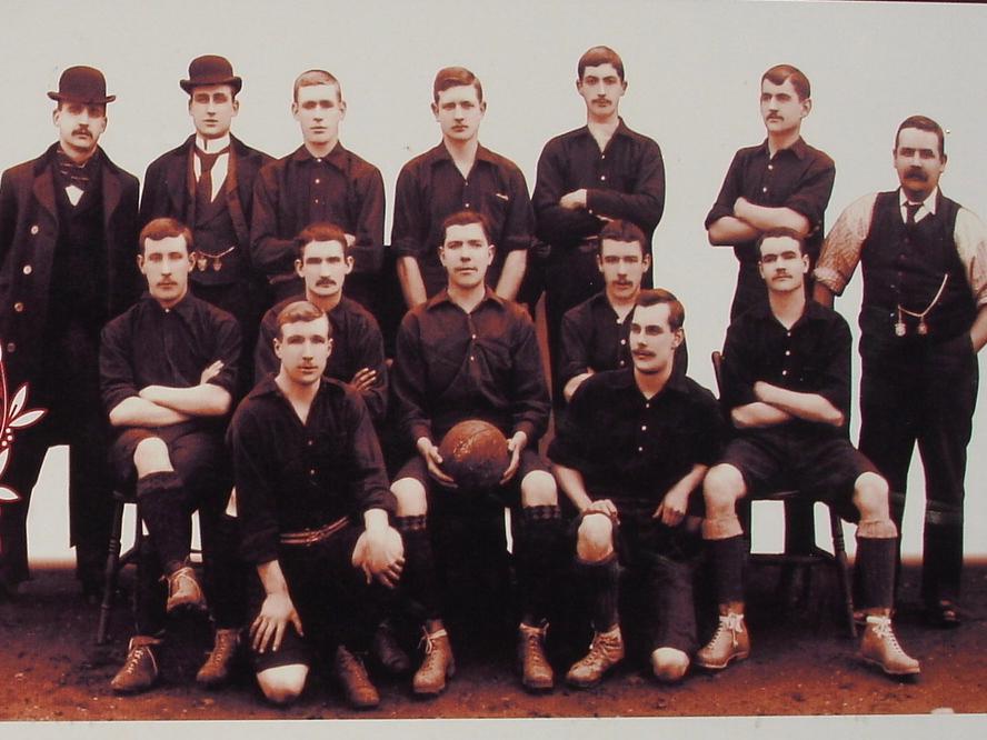 صور للاعبي الأرسنال عام 1913 ويظهر بها القميص الأول للفريق وهو اللون الأحمر