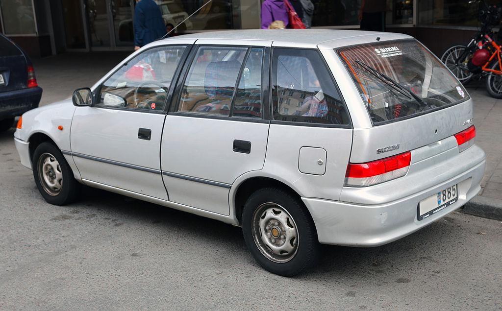 التصميم الخلفي للسيارة سوزوكي سويفت 2000