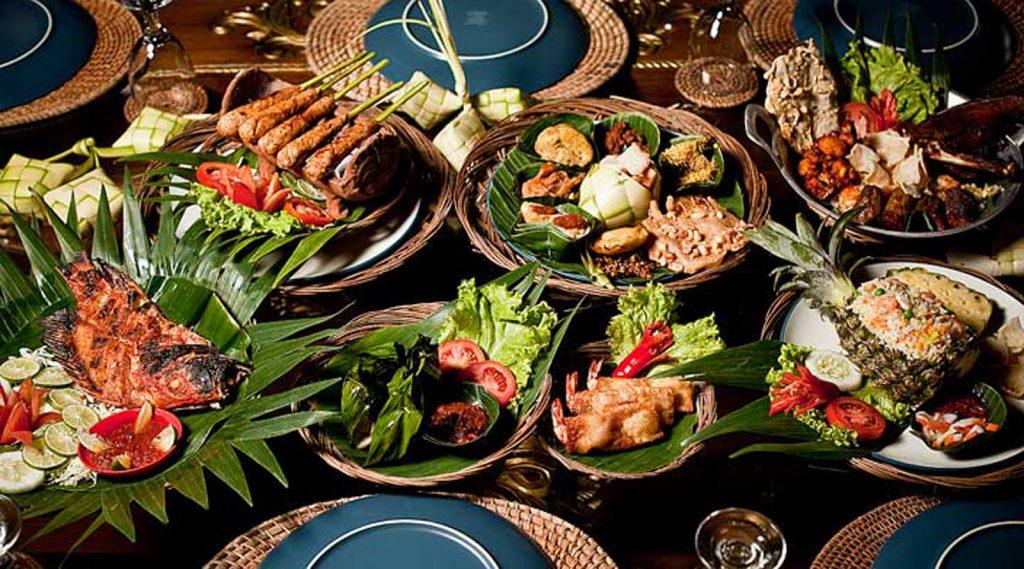 الطعام العبي الاندونيسي بالقرب من بحيرة توبا