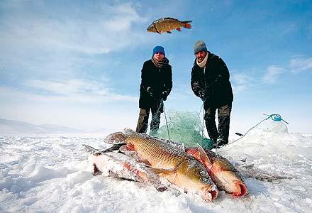 صيد الاسماك في شتاء تركيا