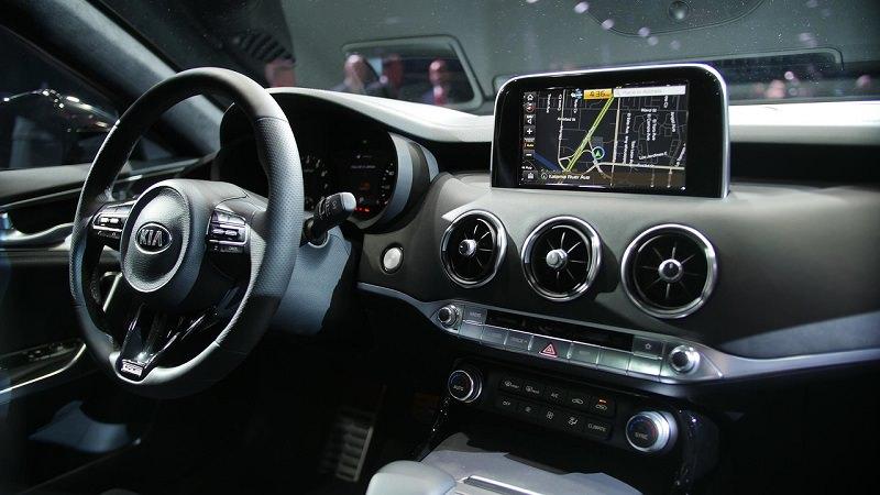 التصميم الداخلي للسيارة كيا ستينجر موديل 2018 الجديدة :