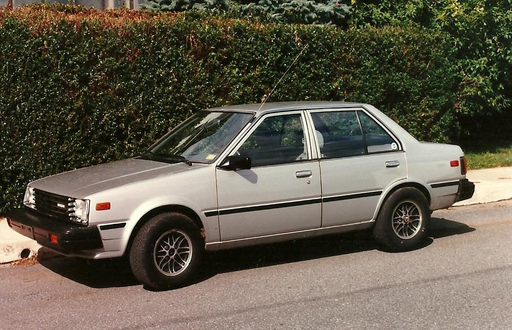تصميم جانبي من السيارة نيسان سنترا 1982
