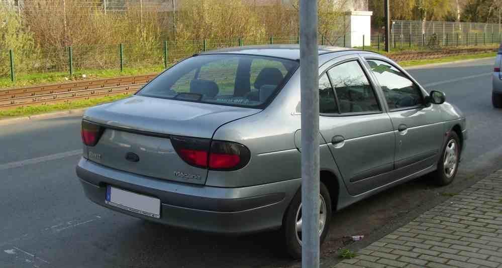 التصميم الخلفي للسيارة رينو ميجان 1995