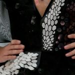 اختراع فستان ذكي يتغير لونه مع دقات القلب