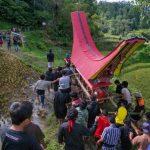 قرية في اندونيسيا تخرج الموتى