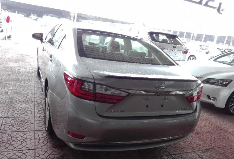 التصميم الخلفي للسيارة لكزس ES 350 2017 DD