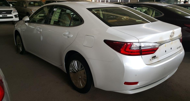 التصميم الخلفي للسيارة لكزس ES 250 2017