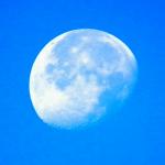 """ظاهرة """" قمر النهار"""" تزين سماء المملكة"""