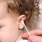متى يجب إزالة شمع الأذن في الأطفال الصغار ؟