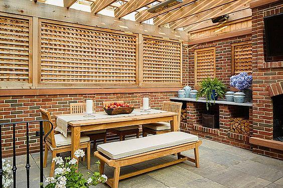 طاولة طعام خشب في الخارج