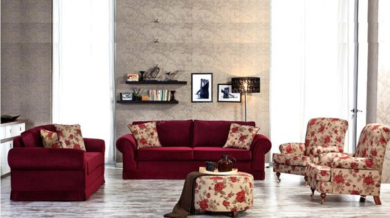 غرفة معيشة تحتوي على مقاعد منقوشة