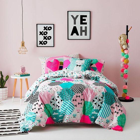 غرفة نوم بديكورات ملونة