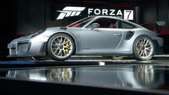 التصميم الجانبي يحتوي على اطارات الرياضية و فتحات التهوية للسيارة بورش 911 GT2 RS 2018