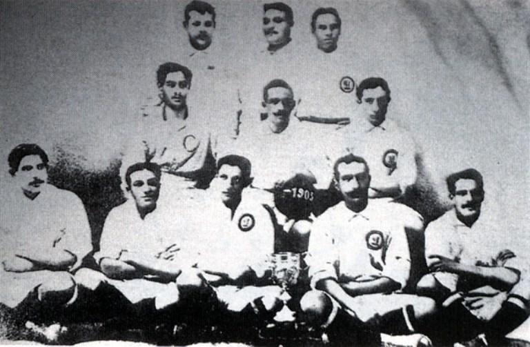 صورة لأول فريق فائز ببطولة في تاريخ الريال عام 1905